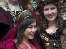 Två unga damer i renässanskläder Arkivfoton