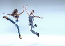 Två unga dansare i en banhoppning poserar Royaltyfri Bild