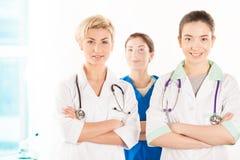 Två unga doktorer och sjuksköterska Royaltyfri Bild