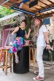 Två unga entreprenörer som känner sig lyckliga, når att ha öppnat deras egen bar royaltyfria foton
