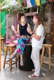 Två unga entreprenörer som spenderar tid i deras tematiska bar fotografering för bildbyråer