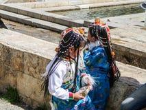 Två unga flickor av den Naxi minoriteten i Zhongdian den gamla staden, Shan arkivbild
