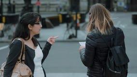 Två unga flickor i London - stadssight lager videofilmer