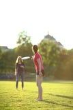 Två unga flickor kastar en frisbee Royaltyfria Foton