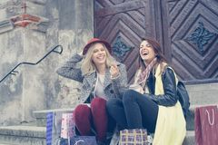 Två unga flickor, når att ha shoppat Två unga flickor som grillar efter s Fotografering för Bildbyråer
