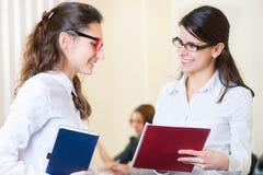 Två unga flickor på affärsmötet arkivfoto