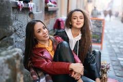 Två unga flickor som går staden som har gyckel royaltyfri fotografi