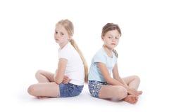 Två unga flickor som har en motsättning arkivbild