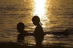 Två unga flickor som har gyckel Royaltyfria Bilder