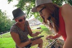 Två unga flickor som har gyckel parkerar in Arkivfoto