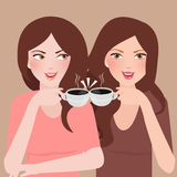 Två unga flickor som talar i en kafeteria som tillsammans dricker kaffe Fotografering för Bildbyråer