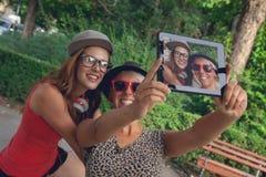 Två unga flickor som tar selfie Royaltyfri Foto