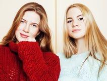 Två unga flickvänner i vintertröjor som har inomhus gyckel Lif royaltyfria bilder
