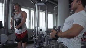 Två unga grabbar i idrottshallen lager videofilmer