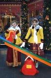 Två unga härliga damer i traditionell rysk kläder poserar för foto Royaltyfri Bild