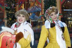 Två unga härliga damer i traditionell rysk kläder poserar för foto Arkivfoton