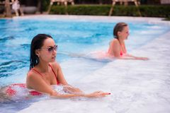 Två unga härliga kvinnor i bubbelpool av semesterorten Royaltyfri Fotografi