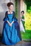 Två unga härliga kvinnor i långa medeltida klänningar Royaltyfri Fotografi
