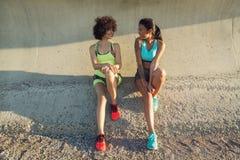 Två unga konditionkvinnor, i sportswearsamtal Royaltyfria Foton