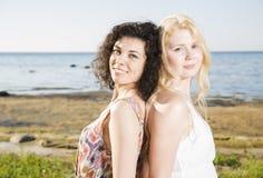 Två unga kvinna på stranden royaltyfria foton