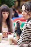 två unga kvinnor Arkivfoton