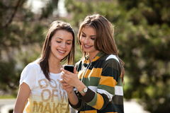 två unga kvinnor Fotografering för Bildbyråer
