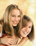 Två unga kvinnor bedrar omkring Arkivfoton