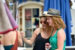 Två unga kvinnor går att shoppa fotografering för bildbyråer
