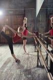 Två unga kvinnor i dansstudio royaltyfria foton