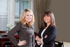 Två unga kvinnor i ett hus Royaltyfri Fotografi