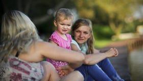Två unga kvinnor med ett barn Arkivbilder