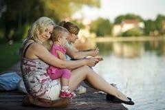 Två unga kvinnor med ett barn Arkivfoto