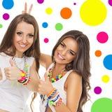 Två unga kvinnor med trendiga färgrika smycken Arkivfoton