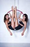 Två unga kvinnor på cirkeln Royaltyfria Foton
