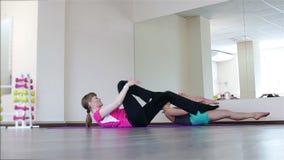 Två unga kvinnor på Pilates stock video