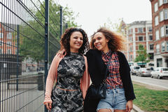 Två unga kvinnor på stadsgatan Arkivbild