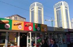 Två unga kvinnor promenerar livsmedelsbutiker i Kiev royaltyfria bilder