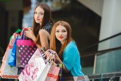 Två unga kvinnor shoppar i en stor supermarket Royaltyfri Fotografi