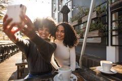 Två unga kvinnor som tar en selfie Arkivbilder