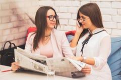 Två unga kvinnor startar ett nytt jobb tillsammans royaltyfria bilder