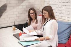 Två unga le kvinnor i ett affärsmöte Arkivbild