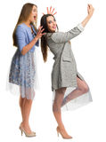 Två unga le kvinnor som gör selfie Royaltyfri Foto