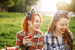 Två unga lyckliga flickor i utvikningsbildstil Royaltyfri Foto