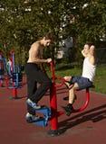 Två unga män som kopplas in i sportidrottshall Arkivfoton
