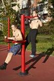 Två unga män som kopplas in i sportidrottshall Royaltyfri Bild