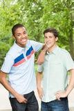 Två unga manliga vänner royaltyfri foto