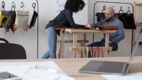 Två unga medarbetare som har en diskussion lager videofilmer