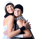 Två unga nätt kvinnaposera och leende Fotografering för Bildbyråer