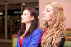 Två unga nätta caucasian flickor Royaltyfri Fotografi