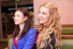 Två unga nätta caucasian flickor Royaltyfria Foton